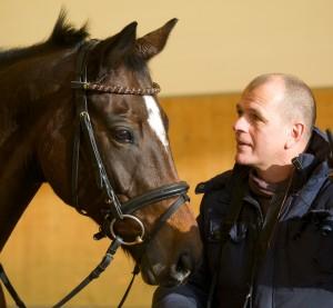 Trainer Michael Hennemann mit Pferd